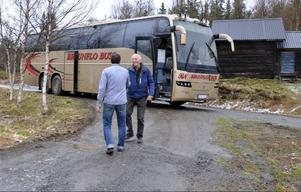 En busslast med Lionsmedlemmar har trotsat snöovädret den 2 juni för att äta middag. Daniel Persson tar emot dem på gårdstunet.