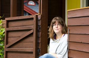 Zilla Nilsson har bott i Köping hela sitt liv. Här är hon i huset där hon vuxit upp.