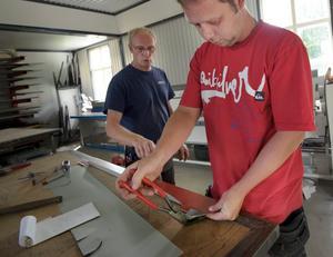 Personkemin fungerar bra mellan mästaren och plåtslagaren Ingermar Wuolo och lärlingen Andreas Jakobsson. Här får Andreas hjälp med att bocka en plåt till ett nederbeslag.