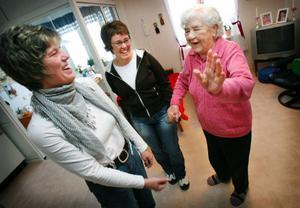Undersköterskorna Margita Morin och Kattis Mattiasson skämtar med Astrid Lindell, 91. För ett och ett halvt år sedan flyttade hon av egen vilja från sitt hus i Landön till Hällebo.