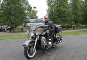 För ett par år sedan gav sig kyrkoherde Mattias Huss ut på pilgrimsfärd. Nu reser han vidare i livet och lämnar Timrå församling.