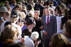 Alla måste få sina bilder. Josefin Nordborg och Marcus Karlsson ler mot alla kameror som riktas mot dem.