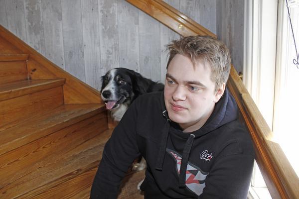 Christopher Johansson, här med familjens hund Aikh, saknar sin döde lillebror.