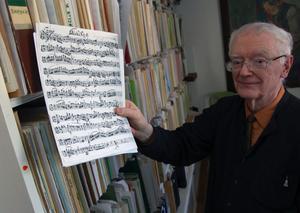 I matsalen förvarar Bengt Åkerberg Nordens största privata notsamling på kammarmusik. Noterna upptar en hel vägg från golv till tak. Foto:Hans Olander