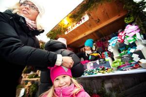 Lydia Hemmingsson, 4 år, fick en ny mössa när årets julmarknad på Jamtli drog igång på fredagen.  Foto: Håkan Luthman