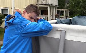 Danne blev jätteledsen när han såg att hans pool blivit sönderskuren igen.