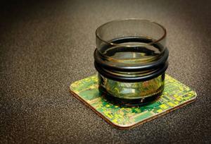 Kretskortsunderlägg. Revolve. 189 kronor per paket om fyra underlägg. Whiskey- eller glögglas tillverkat av bildskärmsglas från datamonitorer och tv-apparater. Torstensson. 399 kronor per par. Durabel design.