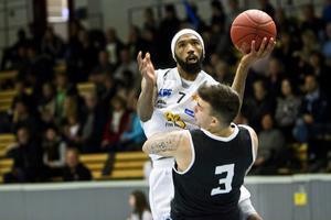 Ronnie Boggs och hans Köping Basket hade stor show hemma i Karlbergshallen.
