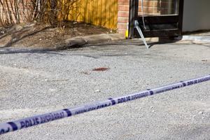 Tre personer sitter häktade för inblandning i en knivattack mot en 22-åring i slutet av mars. Polis spärrade av ett stort område runt ett bostadsområde i Östersund i samband med händelsen.