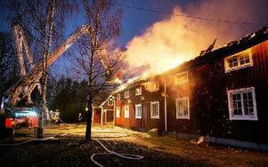 Branden i Lofthuset vid Wanbo herrgård fick ett snabbt förlopp och det fanns risk att den skulle sprida sig till intilliggande byggnader. Efter cirka två timmar hade personal från räddningstjänsten i Smedjebacken och Ludvika fått elden under kontroll. Foto: Peter Ohlsson/DT