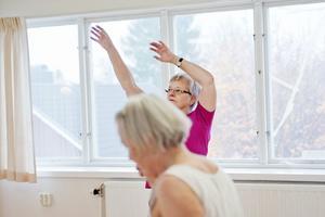 Här och nu. Alexandertekniken är en väg till att lära sig mer om hållning och rörelse. Här dansar Eva Bergström och Eva Dahrén.