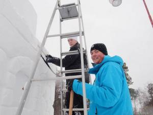 Staffan Idlund och Tomas Pira, elever på Birka fritidslinje, fixar till årets snöborg.