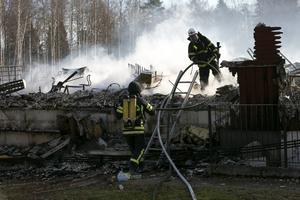 Brandmän i arbete vid branden i Fyrklöverskolan i Hedemora 2014.