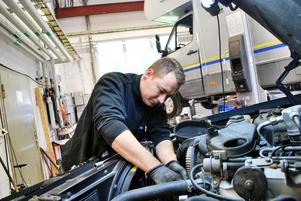 Glenn Brus dyker ner i en Volvo 940 för att utföra service.