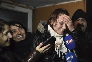 Den turkiska författaren Asli Erdogan har släppts ut efter 132 dagar i fängelse i väntan på att rättegången mot henne ska återupptas.Foto: AP/TT