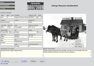 Så här ser det ut i det digitala arkivet.Som inloggad kan man bidra med uppgifter om bilderna och skriva kommentarer.