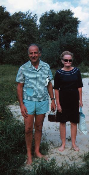 Året är 1970. Bruno och Marianne har fortfarande inte tillstånd att resa utanför östblocket, men en amerikansk forskare träffar dem och tar bilden under en vetenskapskonferens i Kiev.