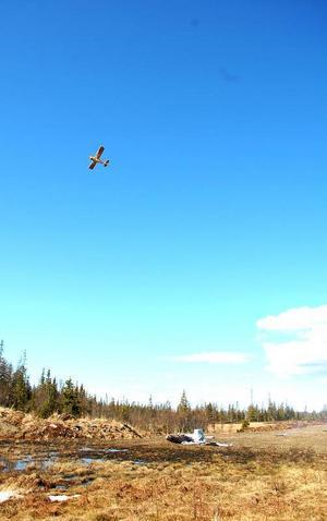 Ett flygplan hjälper till att signalera för hemvärnsmännen var olyckan har skett.