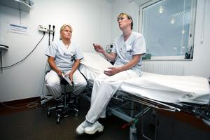Sjuksköterskorna Sara Låång och Ann-Sofie Nilsson jobbar på akuten och är positiva till det nya systemet.– Förut kunde det vara en väldigt lång kö utanför dörrarna, och det var ju enerverande för folk som stod där. Känslan blir kanske lugnare när man får sätta sig ner, säger Sara Låång.