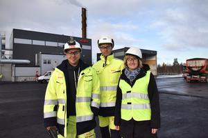Jesper Klangebo, Erik Gynt och Anna Hed utanför den nya fjärrvärmeanläggningen.