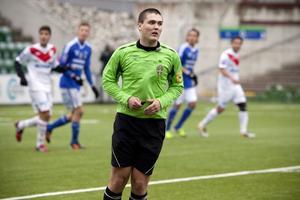 Fotbollen måste hitta fler nya domare. Pontus Ivarsson från Härnösand, är en av landskapets rättskipare.