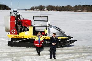 isutryckning. Sjöräddningen i Räfnäs praktikant Gabriella Lundkvist och stationschef Rasmus Karlsson visar stolt upp hydrokoptern som är på tillfällig visit från västkusten.