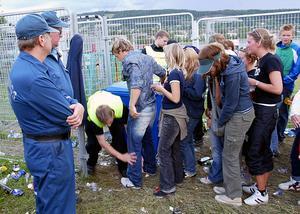 Yran 2003. Visitering sker av besökare innan de släpps in på Yran-området.