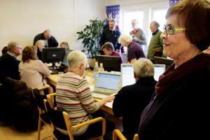 Ann-Marie Söderberg från släktforskarklubben gläds åt alla besökare som vill ta klubbens hjälp för att söka sina rötter.