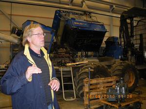 Vår guide, servicechefen Göran Ottemalm visar maskinhallen.