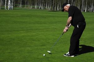 """Lyser grönt. Gräset lyser grönt och fint på golfbanan i Säter som nu öppnat. Här är det Lars """"Pudas"""" Nordlander som tränar puttar på den fina banan."""