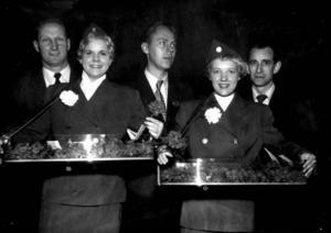 """FOLKAN HOFORS 1954. Från vänster Henry Andersson, Birgitta """"Gittan"""" Melin, Olof Falej, Sonja Granat och Bertil Persson. Killarna tog emot biljetter på biografen och de två tjejerna delade ut nejlikor till publiken den här premiärkvällen. Filmen som visades på Folkets hus var """"Den purpurröda manteln"""" med Richard Burton.  Foto: Arkiv Gävleborg"""