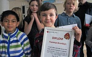Reymond Timkang och Erik Hedenskog visar det fina diplomet som klassen fick.