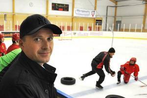 Johan Tjärnberg vill ge någonting tillbaka till Sveg och sponsrar en fyraårsatsning på hockeyn.