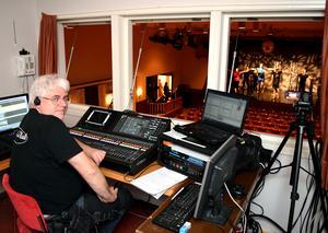 Peter Östling i kontrollrummet har att omkring 300 olika ljud-, ljus- och rökinställningar att hålla ordning på.