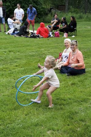 Lia Dawson från Nya Zeeland, hälsade på farmor Anneli Larsson och hennes väninna Lis Berglund.