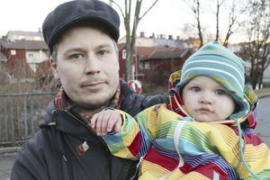 Henrik Evensen, 36, säljare, Djäkneberget, med sonen Valle: – Så mycket som möjligt. Obesprutat är bättre för miljön och för grabben.