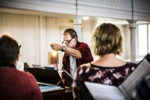 Matthias Schaletzky är kantor och körledare för de hopslagna körerna från Gåxsjö och Hammerdal.