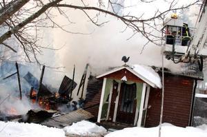 Även vävstugan som står mellan garaget och bostadshuset gick inte att rädda. Vävstugan innehöll en vävstol och flera frysar.