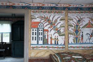 På övervåningen finns dessa fina väggmålningar målade av Bäckpojkarna 1834. Man vet inte exakt vad dessa konstnärer hette, mer än att de kom från Boda i Dalarna.