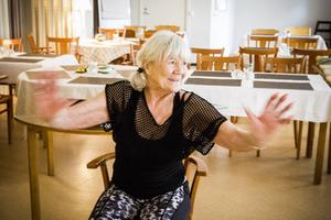 Wivi Sedhin har på eget initatitv dragit i gång mjukgympan för seniorer. Varje onsdag ses de.