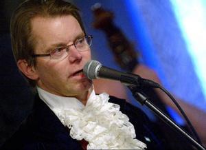 Lars Persa får medalj för att oförtrutet ha framhållit jamskan i såväl musik som text.
