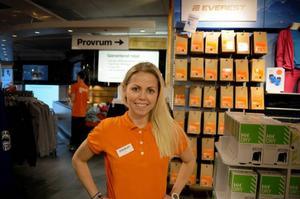 Veronica Lindh jobbar på en sportaffär i Åre, och tipsar om hjälm och ryggskydd för att slippa skador.