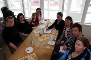 Folkomröstning i skolfrågan är målsättningen för föräldragruppen inom det västra rektorsområdet i Härnösand. Här syns från vänster: Fredrik Rösth, Sara Elfving, Nina Nordlinder med dottern Felicia, Anna Lindmark, Ulrika Sundgren, Pelle Molin och Veronica Nilsson.