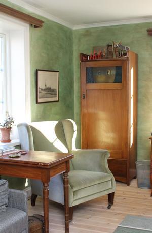 Alla färger som använts under renoveringen är giftfria. I ett av rummen ger ekologisk lasyr väggarna spännande färgskiftningar.