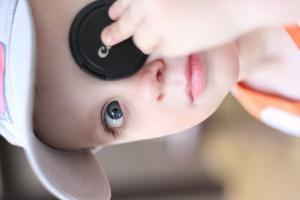 Sonen älskar att leka sjörövare. Den här gången blev det linsskyddet som fick vara ögonlapp.