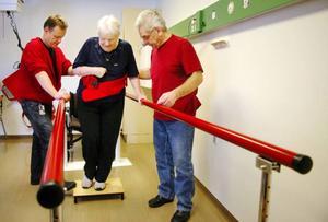 Ella Svelander får hjälp under sitt träningspass av rehabassistenten Marino Mesch och undersköterskan Lennart Ringbert.