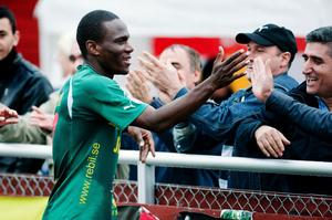 Robert Mambo Mumba avgjorde ett flertal matcher för Dalkurd i år. Nu står det klart att den målfarlige kenyanen fortsätter i Borlängeklubben även över 2012.