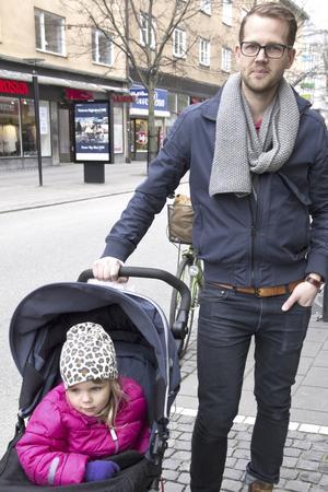 Fredrik Wall, 35, byggnadsingenjör, Skiljebo med dottern Moa: – Det ger en skön känsla även om jag inte sitter så mycket där själv nu när vi fått barn. Foto: Irene Wallgren