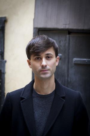Journalisten Niklas Elmér debuterar skönlitterärt med en roman om makt och klass.