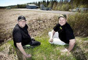 Motorklubbens Bengt Berglund och Johan Eriksson ser stor potential i flygfältet på Nyckelmyren.